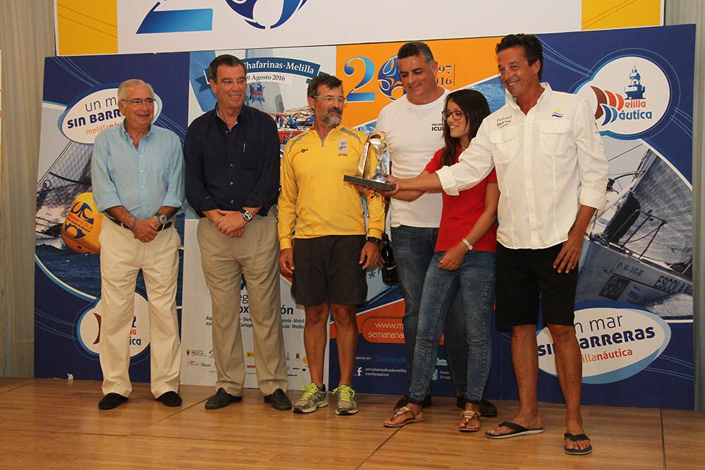 tripulación Zalata con el trofeo melillense