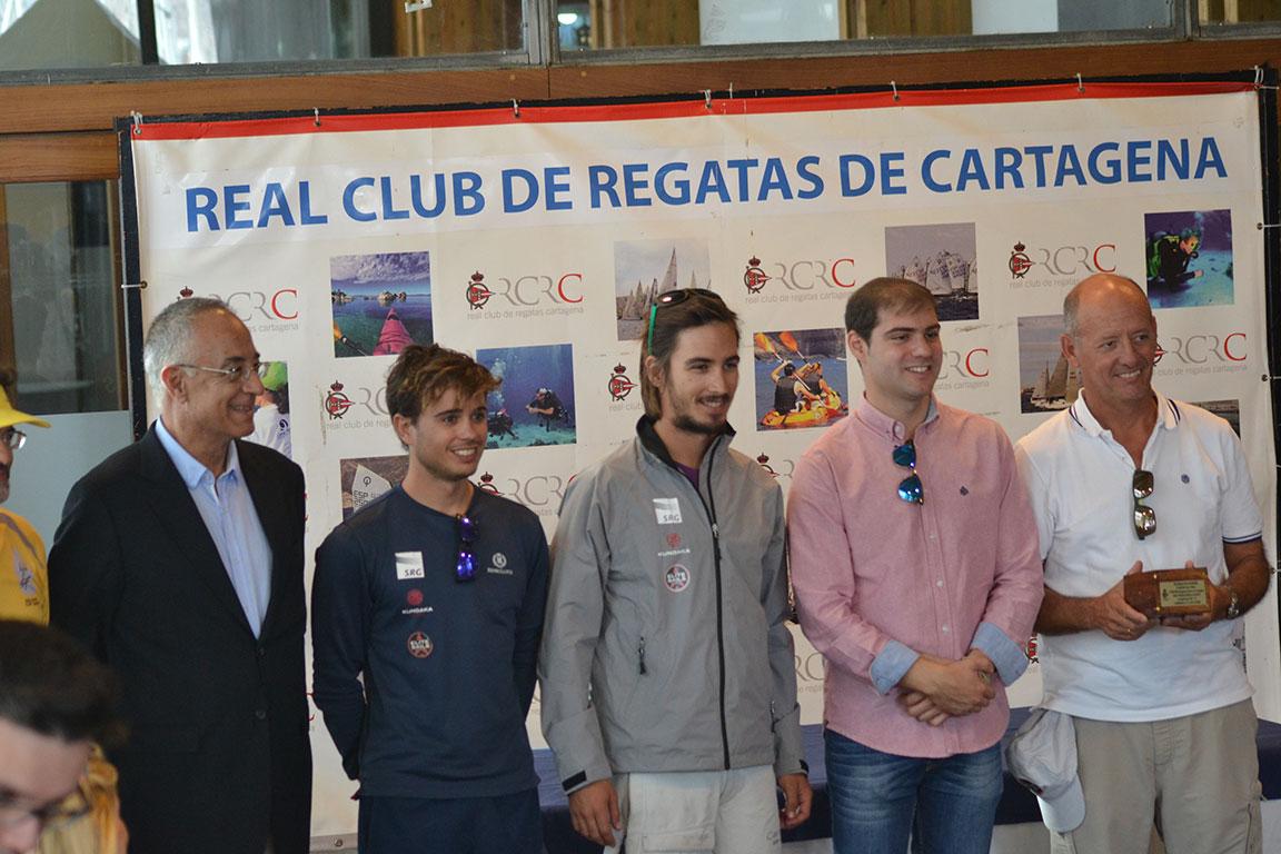 El nuevo presidente, José García (izqda.) con los vencedores de la clase ORC 2, El Carmen, junto al concejal de Deportes Ricardo Segado (3º por la izqda.)