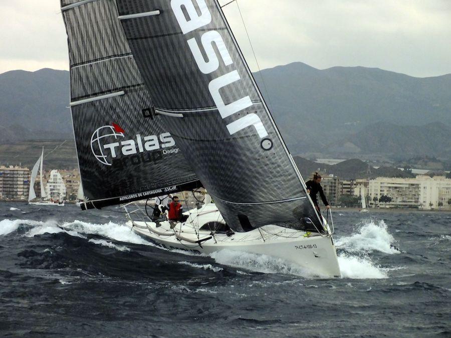 El 'Talasur-Fandango 300' de Javier Sabiote, durante la primera jornada de la regata (Foto: CN Águilas).