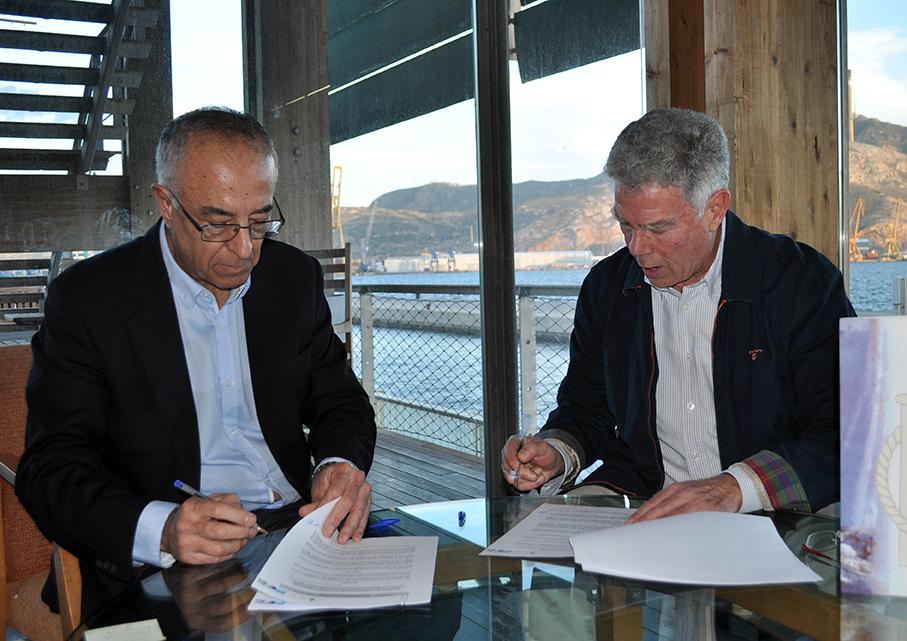 Antonio Cordero (a la derecha de la imagen) y José García-Bravo firmando el acuerdo de colaboración SAES-RCRC.